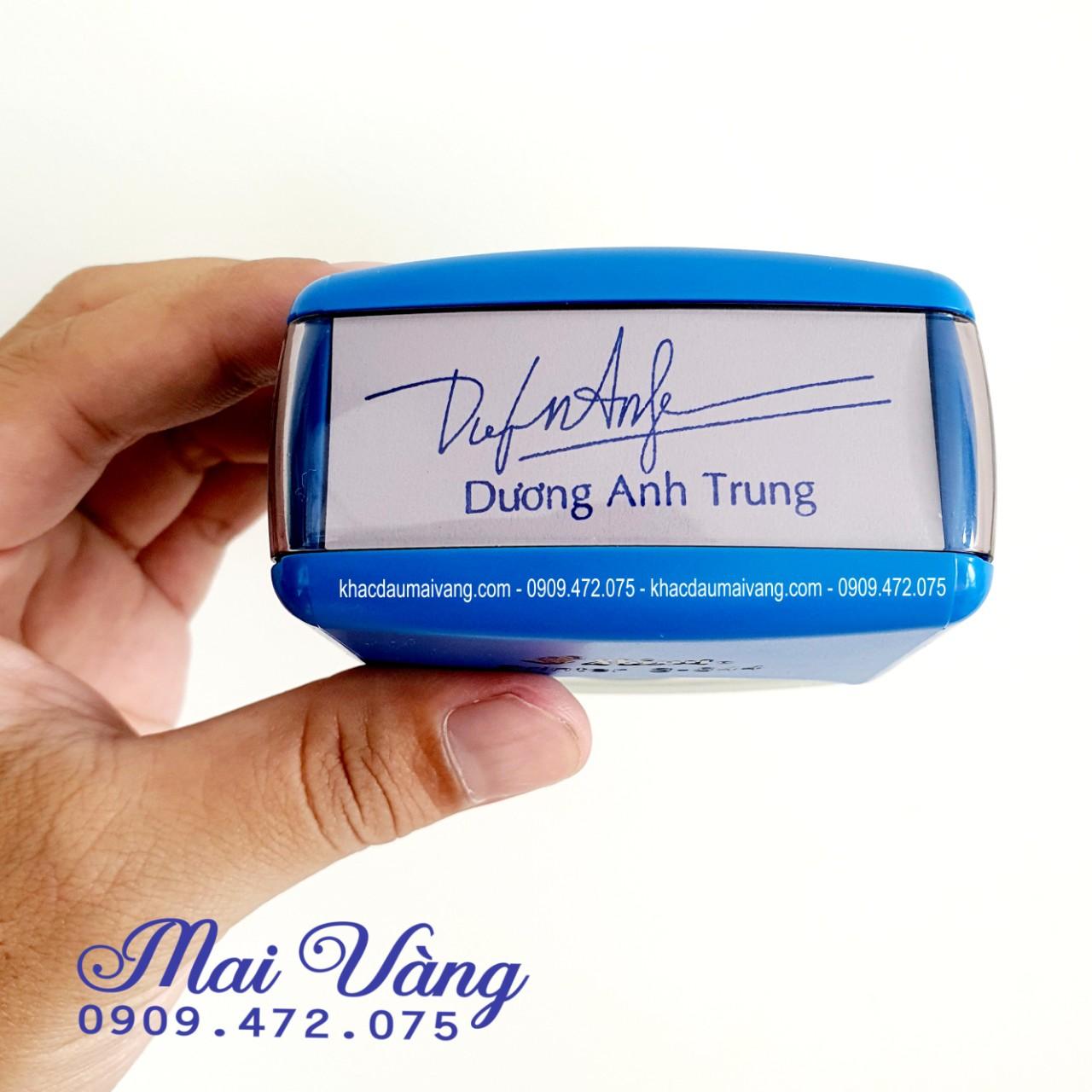 Con dấu chữ ký kèm tên chung 1 dấu khá thuận tiện, bạn chỉ cần ký chụp gửi qua cho Shop chúng tôi thiết kế phù hợp từng tên khách hàng và chữ ký